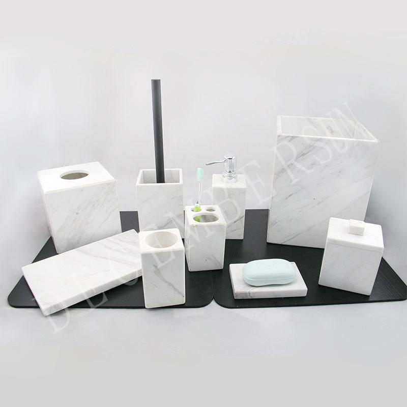 Sada elegantní a elegantní koupelny z bílého mramoru