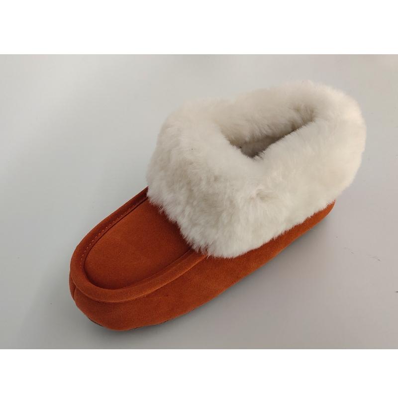 pantofle z ovčí kůže